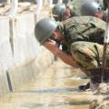 誤解を与える?自衛隊広報が災害派遣中の「泥水洗顔写真」を削除